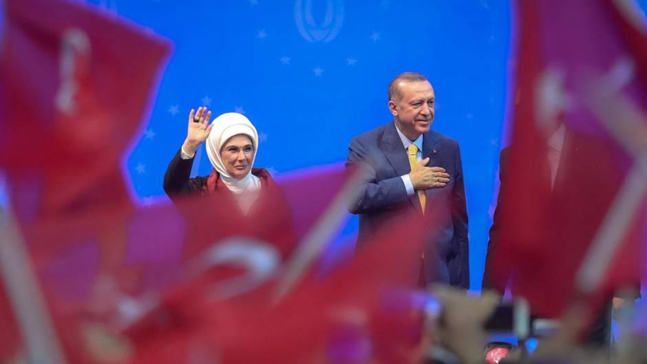 Der türkische Präsident Recep Tayyip Erdogan mit seiner Frau bei einem Wahlkampfauftritt in Bosnien