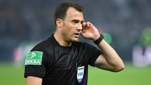 Schiedsrichter Felix Zwayer steht für den von ihm nicht gegebenen Elfmeter im DFB-Pokalfinale in der Kritik