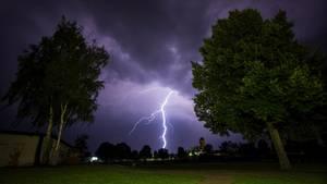 Ein Blitz am Himmel über Bayern (Symbolbild)