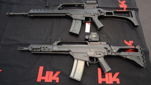 Zwei Sturmgewehre G36 von Heckler und Koch in der Firmenzentrale in Oberndorf. Der Waffenhersteller soll versucht haben, Bundestagsabgeordnete zu bestechen