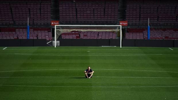 Andrés Iniesta allein auf dem Rasen des leeren Camp Nou