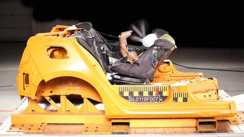 Autokindersitz mit Airbag: Der Maxi-Cosi Axissfix Air im Crashtest