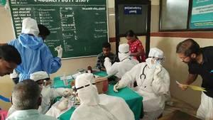 Patienten werden in einem Krankenhaus in Kozhikode, Indien auf das Nipah-Virus untersucht