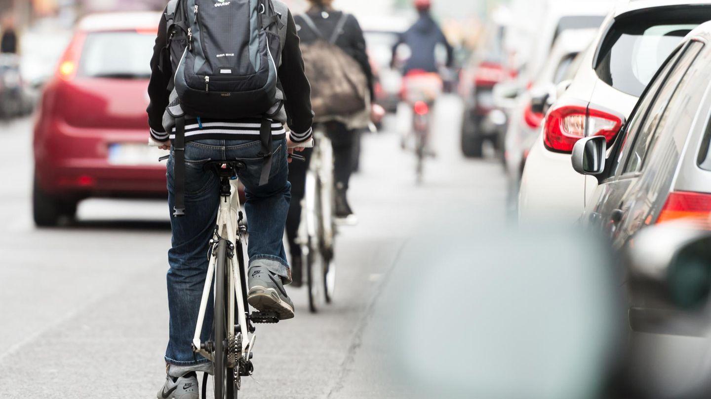 Greenpeace-Studie zu Radverkehr: Mehrere Radfahrer fahren auf einer Straße in Berlin