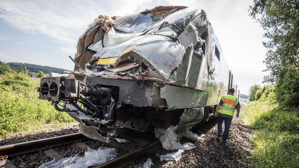 Nachrichten Deutschland: Die demolierte Lok steht nach dem Unfall auf dem Gleis
