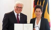 Frank-Walter Steinmeier verleiht Dunja Hayali das Bundesverdienstkreuz im Schloss Bellevue