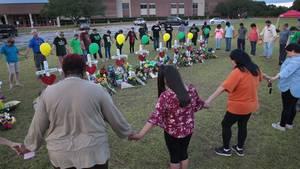 Trauernde vor der Santa Fe High School