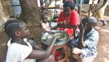 Eine Familie isst in einer Flüchtlingsunterkunft in Wau im Südsudan gemeinsam zu Mittag