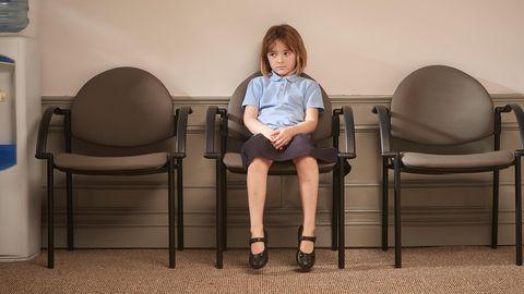 Eine Schülerin wartet vor einem Büro auf ihre Strafe