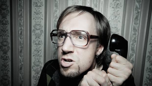 Mann mit Telefon in der Hand