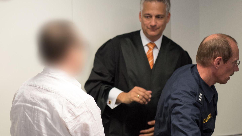 Der Angeklagte R. (l.) vor Gericht in Aschaffenburg
