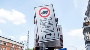 Ein Fahrverbotsschild für Lastwagen mit Diesel-Motor bis Euro 5 wird an der Max-Brauer-Allee in Hamburg aufgehängt. Ab dem 31. Mai gelten in der Hansestadt auf zwei Strecken Fahrverbote für bestimmte Dieselfahrzeuge