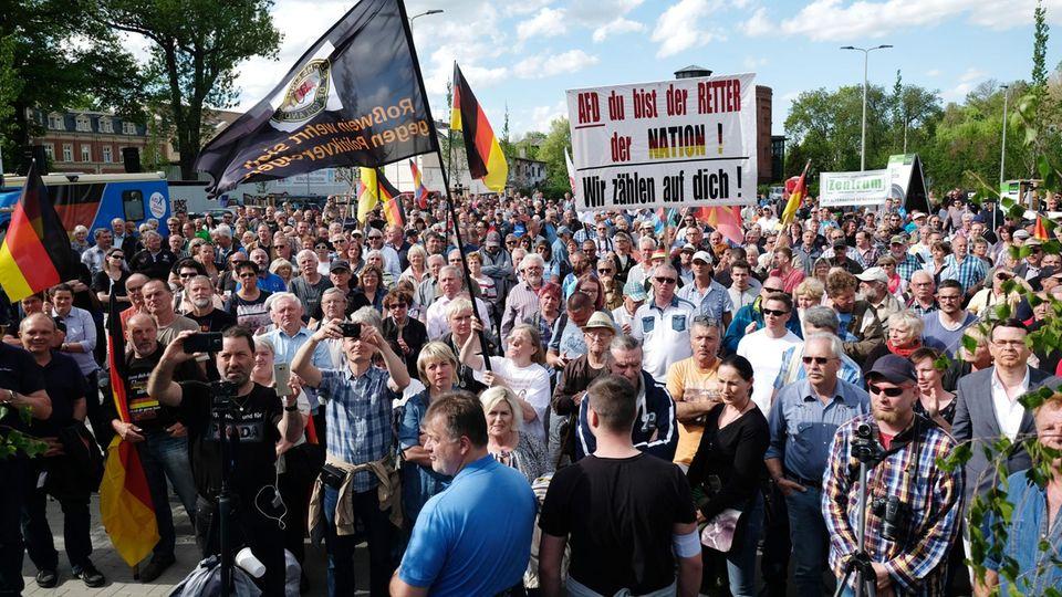 Teilnehmer einer AfD-Kundgebung im April in Zwickau