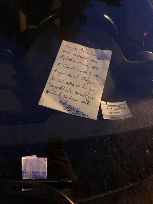 Ein von handgeschriebener Brief liegt in der Windschutzscheibe eines Autos