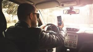Weil ein Fahrer am Steuer gefilmt hat (Symbolbild), ist es in Ungarn offenbar zu einem schweren Verkehrsunfall mit neun Toten gekommen