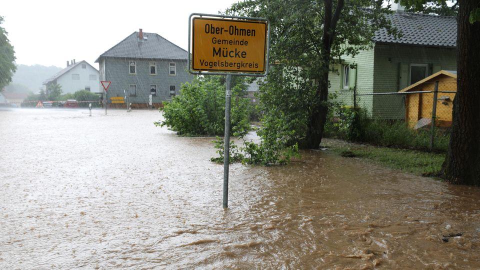 Land unter in Ober-Ohmen. Im Vogelsbergkreis standen nach einem Regengüssen viele Keller unter Wasser