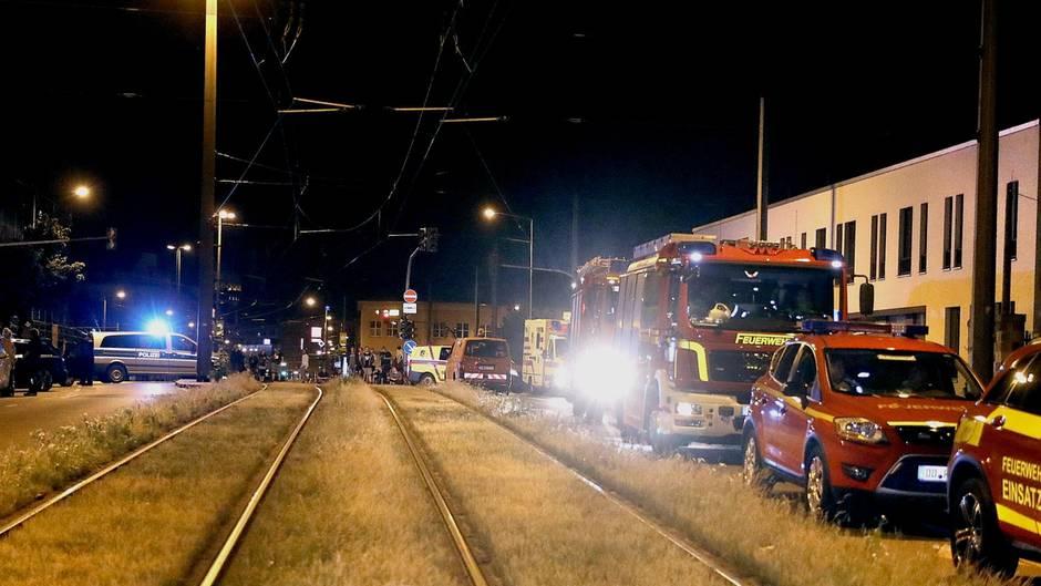 Polizei, Feuerwehr und das Sprengkommando im Einsatz: In Dresden läuft nach wie vor die Entschärfung einer Fliegerbombe