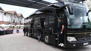 In der Tür des schwarzen Mannschaftsbusses steht Bundestrainer Jogi Löw. Im Hintergrund steht das Personal vor dem Hotel