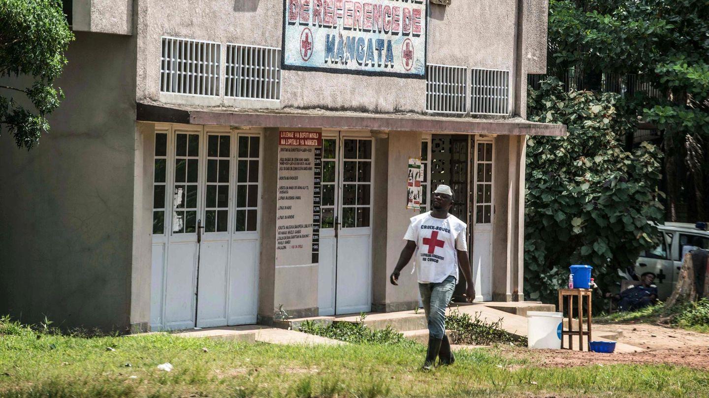 Mitarbeiter des Internationalen Roten Kreuzes läuft an Ebola-Quarantäne-Station vorbei
