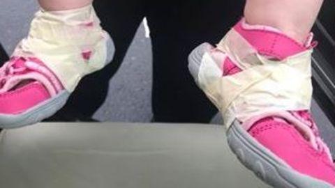 North Carolina: Weil es sie ständig auszog: Kita-Erzieher kleben Sandalen an Kind fest