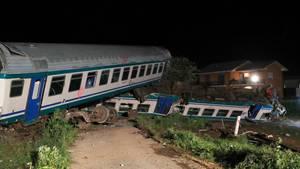 In Norditalien sind der Triebwagen und zwei Waggons einer Regionalbahn entgleist