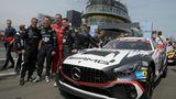 Rennteam Bovingdon: Gebhardt, Schneider und Simon mit dem Mercedes AMG GT4 in der Startaufstellung.