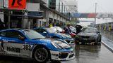 Wetterchaos am Nürburgring. Das Rennen wurde wegen Starkregen und Nebel unterbrochen. Alle Fahrzeuge mussten in die Boxen.