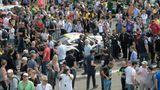 Rennen hautnah: Vor dem Start dürfen die Zuschauer in der Startaufstellung die Wagen begutachten