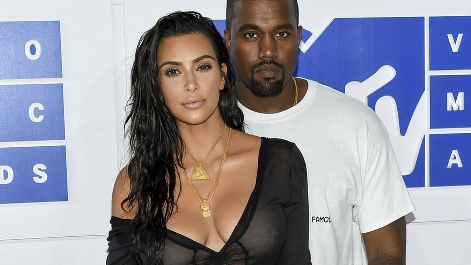 """25. Mai 2018  Kim Kardashian über Ehe mit Kanye West: """"Es wird ewig halten""""    Reality-TV-Star Kim Kardashian und ihr Mann, der Rapper Kanye West, haben zu ihrem vierten Hochzeitstag Liebesbekundungen auf Twitter ausgetauscht. """"Vier Jahre sind vorbei und es wird ewig halten"""", schrieb Kardashian und postete dazu ein Hochzeitsfoto. Das Paar hatte 2014 in Italien geheiratet. Extra zum Jahrestag habe sie ihre Haare blondieren lassen, weil ihr Mann diese Farbe besonders an ihr möge, erklärte Kardashian in einem späteren Tweet. West reagierte ebenfalls mit einer Twitter-Nachricht, in der er erklärte, """"zutiefst dankbar und einfach glücklich"""" in seiner Ehe zu sein. Mit Kardashian hat er drei gemeinsame Kinder: North, Saint und Chicago. Für die 37-Jährige ist es bereits die dritte Ehe, West ist zum ersten Mal verheiratet."""