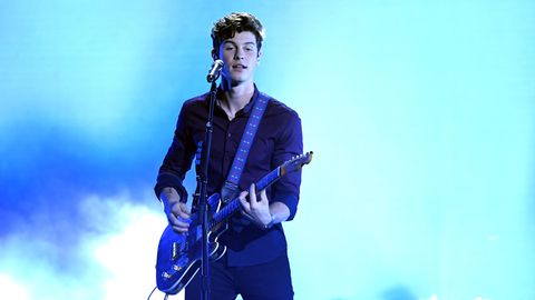 Shawn Mendes mit Gitarre bei einem Auftritt