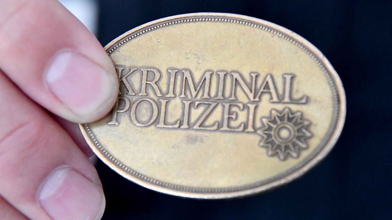 Eine Dienstmarke der Kriminalpolizei (Symbolbild)