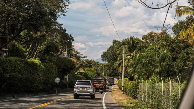 In schusssicheren Limousinen reisen die FARC-Politiker durchs Land. Rechte Paramilitärs trachten nach ihrem Leben