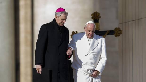 Seit Franziskus unter starken Hüftschmerzen leidet, braucht er Hilfe beim Treppensteigen. Don Giorgio ist ihm dann – wie hier bei einer Generalaudienz auf dem Petersplatz – Wegweiser und Stütze