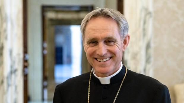 """An einem Aprilnachmittag auf der """"Seconda Loggia"""" des Apostolischen Palastes. Vor dem Interview hatte Eccellenza eine Papstmesse für 550 """"Missionare der Barmherzigkeit"""" auf dem Programm"""
