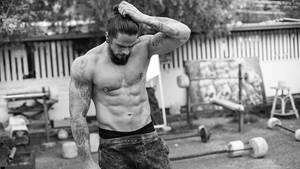 Ein echter Kerl. Muskeln, Tattoos, Bart. Dank des Manbuns geht er aber nicht als Almöhi, sondern als urbaner Hipster durch. Und wie es sich für diese Spezies gehört, arbeitet er sich im Freien an Holz und Stahl ab. Puh!