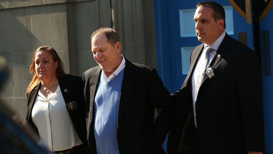 Harvey Weinstein wird in New York festgenommen und verlässt ein Polizeigebäude