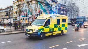 Ein Rettungsfahrzeug fährt durch London