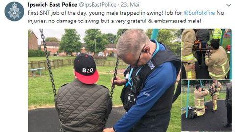 Mann (20) steckt in Kinderschaukel fest - Feuerwehr rückt an