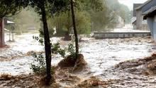 Nach heftigen Regenfällen waren die Straßen in Fischbach nach Polizeiangaben teilweise meterhoch überflutet