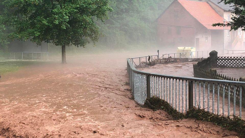 Im hessischen Hetzerode ist ein Bach über die Ufer getreten