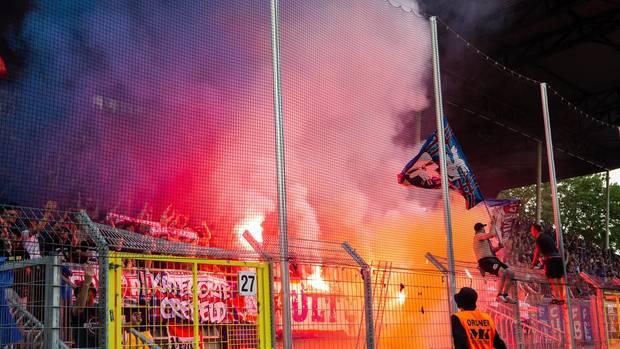 Waldhof Mannheim - Massive Pyrotechnik auf der Tribüne