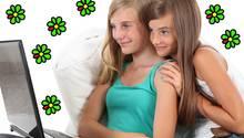 Zwei junge Mädchen sitzen vor einem Laptop, um sie herum ICQ-Logos