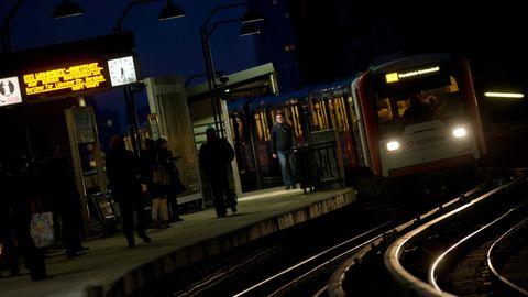 """Eine U-Bahn fährt in die Station """"Baumwall"""" ein"""