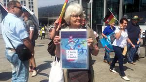 Ein friedlicher, fast schüchterner Protest, dennoch wurde die Anti-AfD-Aktivistin Irmela Mensah-Schramm während der AfD-Demo in Berlin am Sonntag festgenommen.