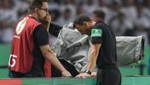 Schiedsrichter Felix Zwayer schaut sich beim Pokalfinale eine strittige Szene per Videobeweis an