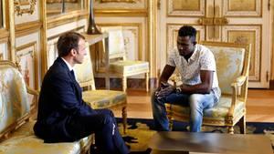"Macron mit ""Held von Paris"" Mamoudou Gassama im Elysée-Palast"