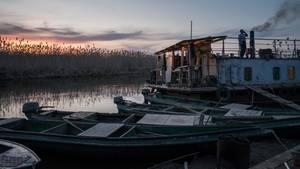 Am frühen Morgen beginnt die Mannschaft von Aschar mit ihrer Arbeit. Der Fischer-Kahn beherbergt acht Männer, die hier auf Stockbetten schlafen.