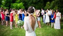 Auf einer Hochzeit macht sich die Braut bereit zum Brautstrauß-Werfen