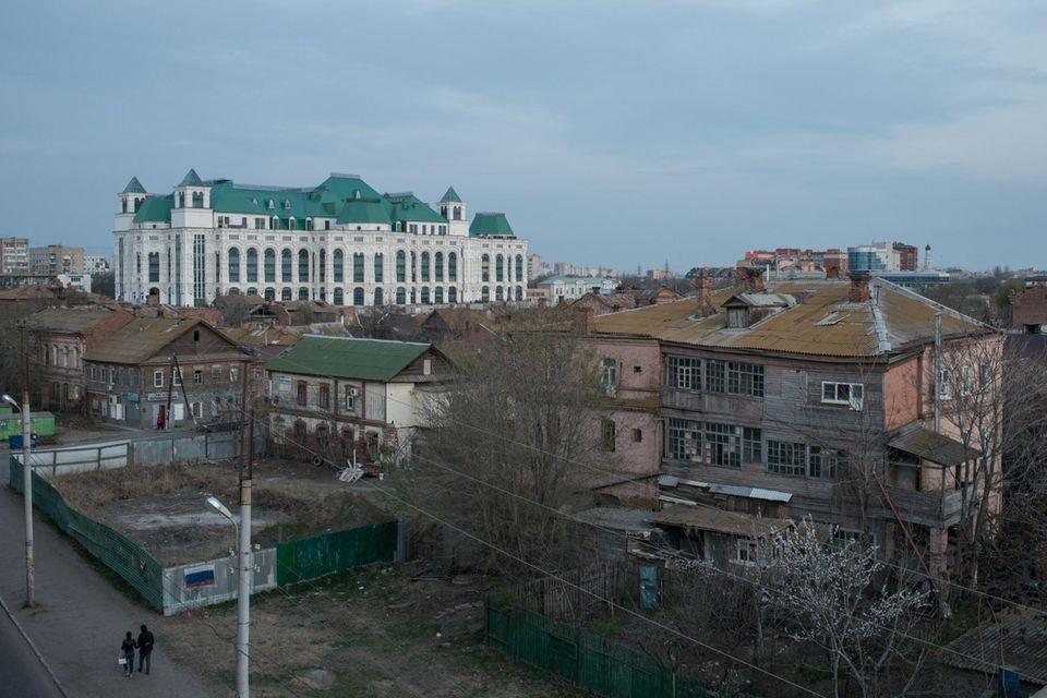Das neue Opernhaus ist der ganze Stolz der Stadt Astrachan. Derweißer Protzbau mit grünen Dächern und 1200 Plätzen ist sogar größer als das Bolschoi Theater in Moskau. Doch die Altstadt direkt daneben sieht aus, als ob der Zweite Weltkrieg nur wenige Tage zurückliegt.