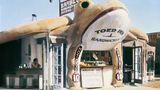 Dieser überdimensionale Frosch reißt sein Maul auf und bietet Burger, Barbeque und Sandwiches an: Das Toed Inn im Jahre 1931 in der West Channel Road in Santa Monica.